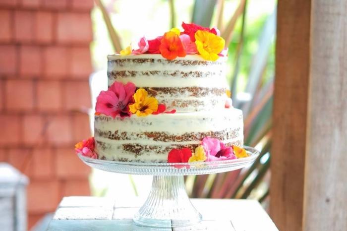 2 stöckige torte rezept einfach, hochzeitstorte ideen, naked kuchen mit mascarpone dekroiert mit bunten blüten