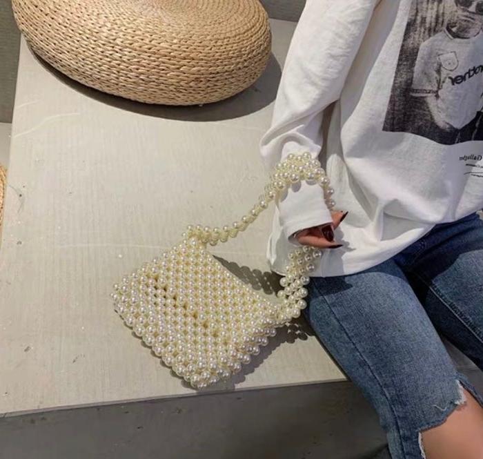 gatsby kleid ideen, casual outfit mit einer weißen perlentasche, jeans mit bluse, bodenkissen