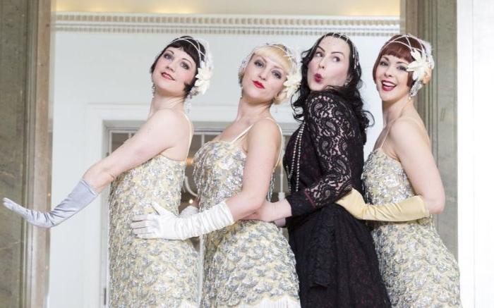 goldene zwanziger, vier frauen drei in weiß und silber kleider und eine davon in schwarz, retro party