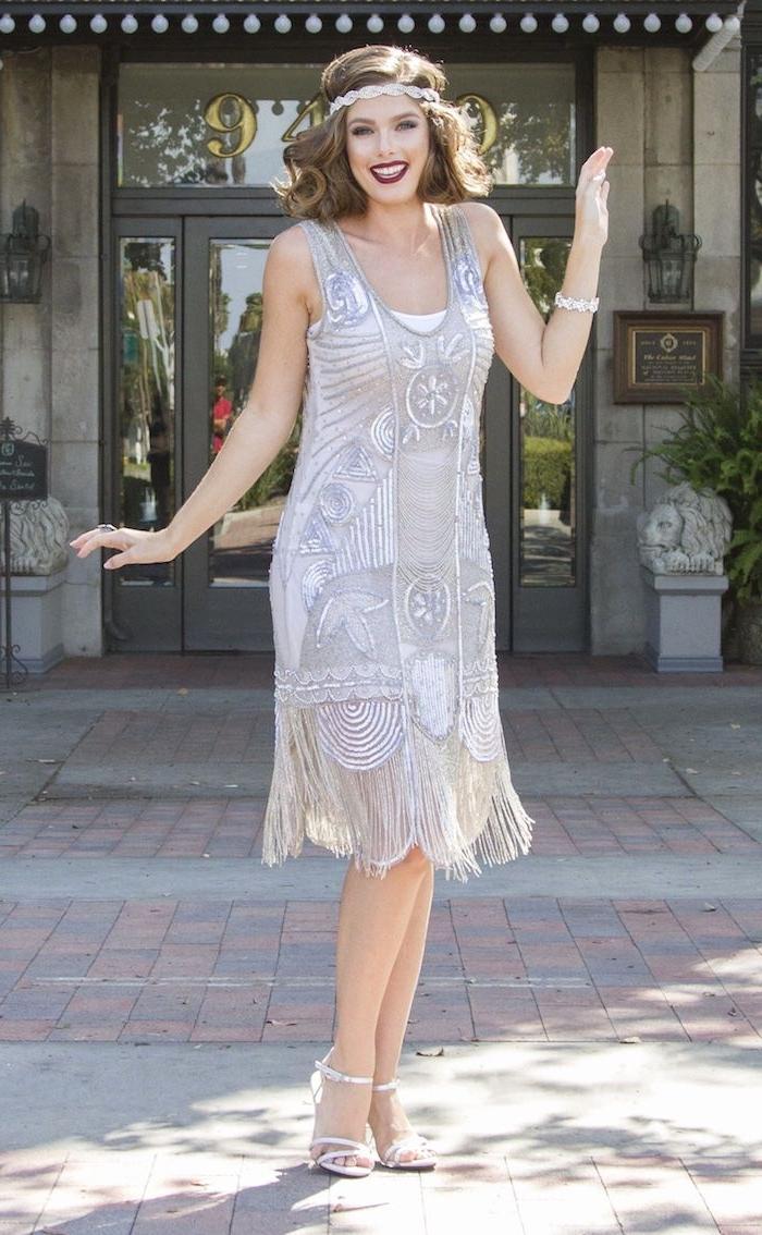 gatsby kleid für eine motivparty, heute 20er mode tragen, kleid mit fransen, haarschmuck