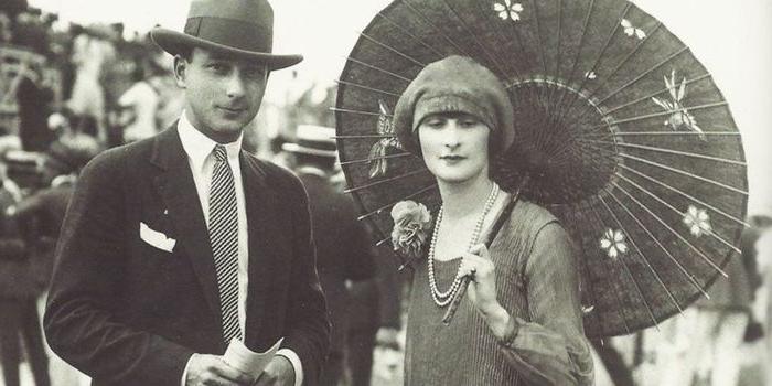 20er jahre ein echtes foto von damals, ein junges ehepaar, mann und frau mit sonnenschirm