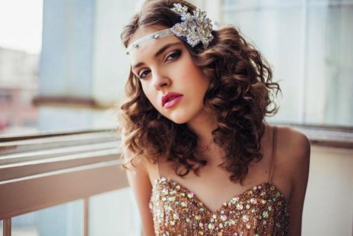 die goldenen zwanziger, trendidee mit haarschmuck, goldenes kleid, haarschmuck mit steinen