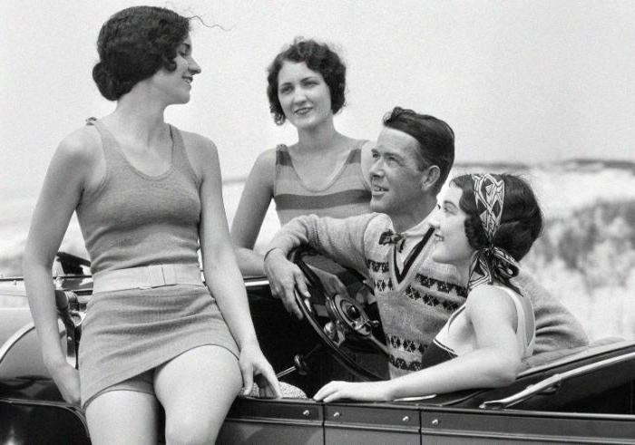 20er jahre mode frauen hose, teenager mode für jungs und mädchen, zwei paare in eienm auto