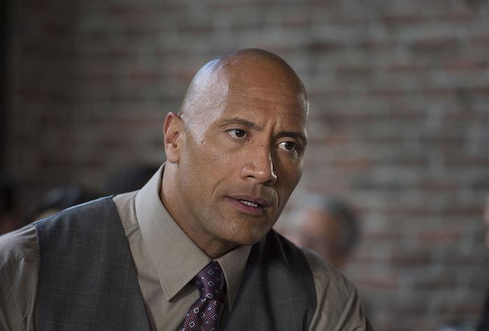 ein mann mit anzug und einer violetten krawatte, der schauspieler Dwayne The Rock Johnson