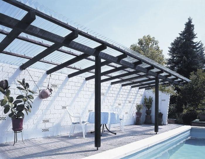terrassenüberdachung idee mit wellplatten, ein haus mit pool und schatten bereich