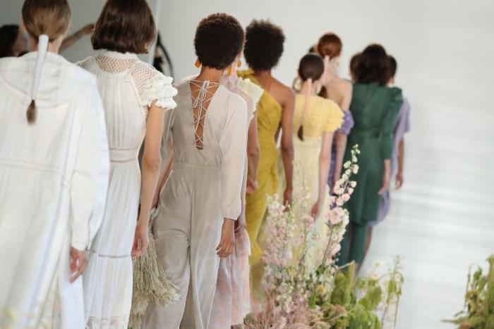 fair fashion, viele schöne frauen bei einem mode show, trendideen, rosa gelb, grün kleidung