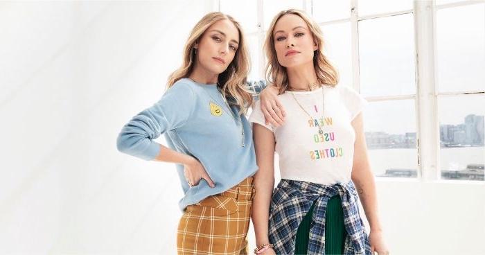 fair fashion, zwei freundinnen mit schönen modernen outfits im vintage style, blaue bluse, gelbe hosem grüner rock