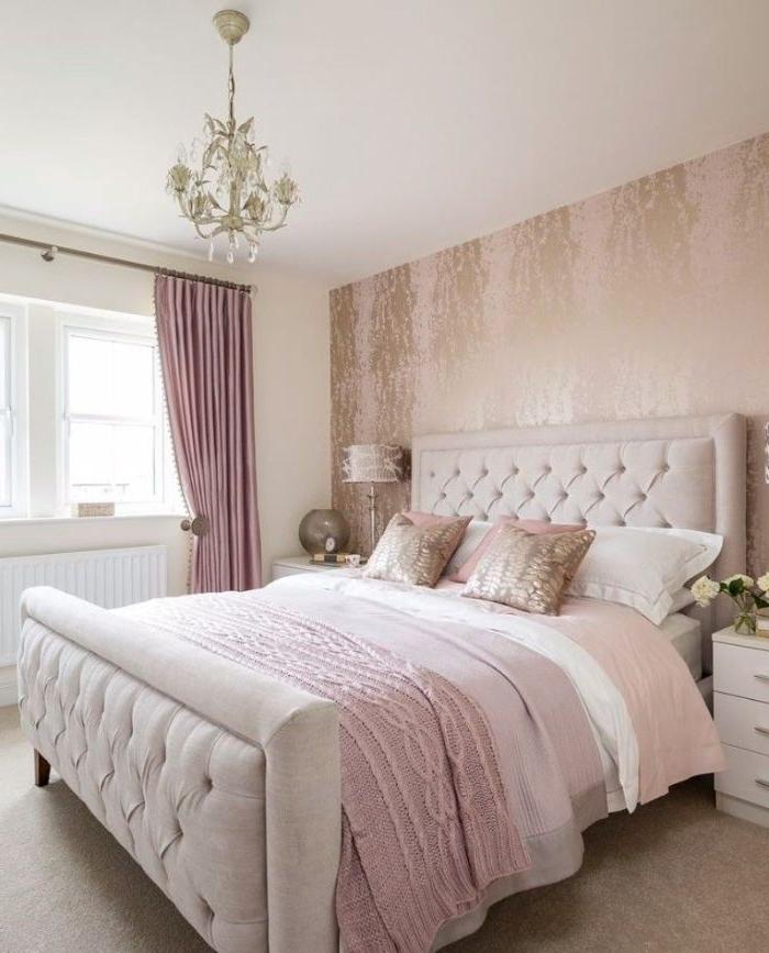 schlafzimmer ideen, ein nettes rosa und weißes zimmerdesign, mädchenhaft, dezent, elegante zimmer, rosa tapete mit goldener deko, dunkelrosa vorhänge