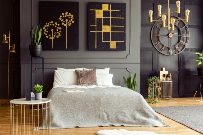 schlafzimmer ideen, ein elegantes zimmer, design idee zum entlehnen, graues design, hellgrau bettdecke, große wanduhr