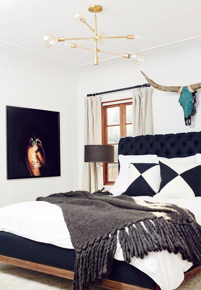 schlafzimmer ideen, landhaus stil idee, ein großes doppelbett, weiß und schwarz, wandbild schwarz mit deko lampen