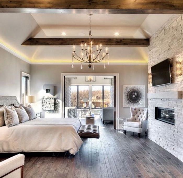 zimmer einrichten, prächtiges zimmerdesign in einem eleganten landhausstil, lüster, sessel, fernseher, großes bett