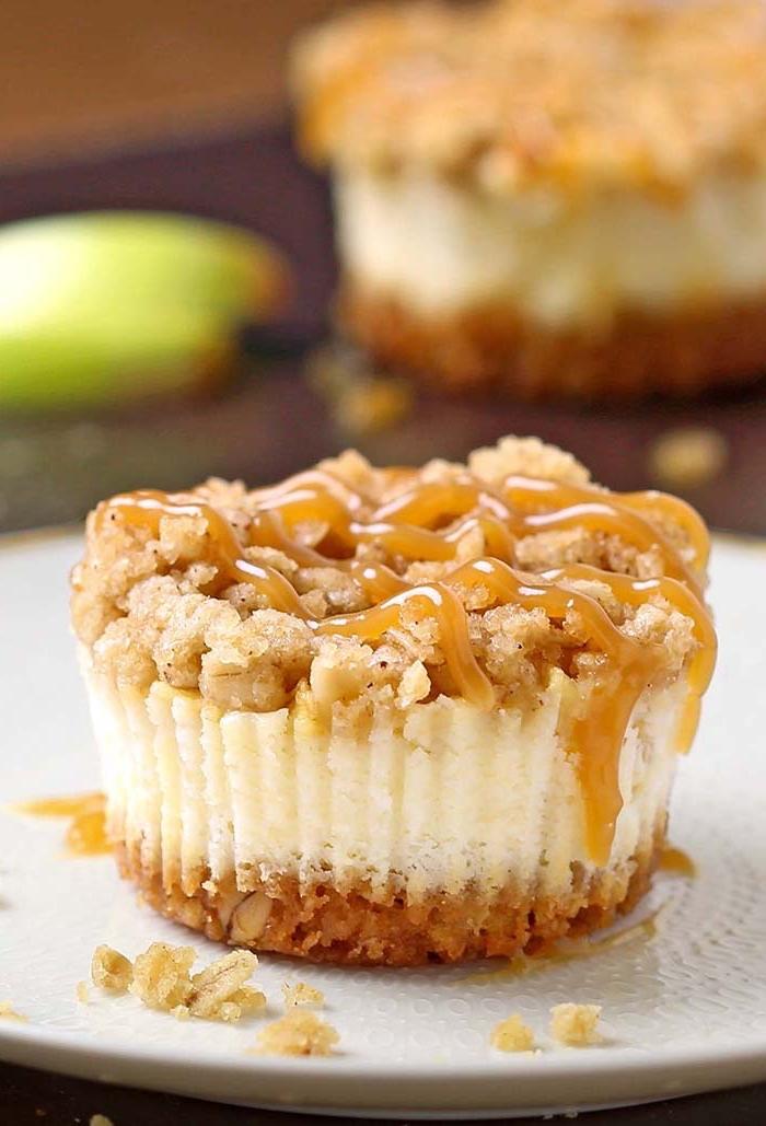 apfelkuchen low carb, mini cheesecake mit äpfeln und nussboden, dessert mit walnüssen