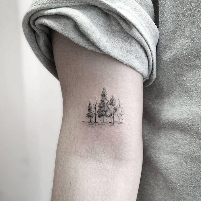 Wald Tattoo am Oberarm, fünf Bäume, Idee für Arm Tattoo mit Bedeutung, Tattoo Motive zum Entlehnen