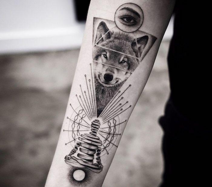 Geometrisches Wolf Tattoo am Oberarm, Wolf in Dreieck, Auge in Kreis, coole Arm Tattoos