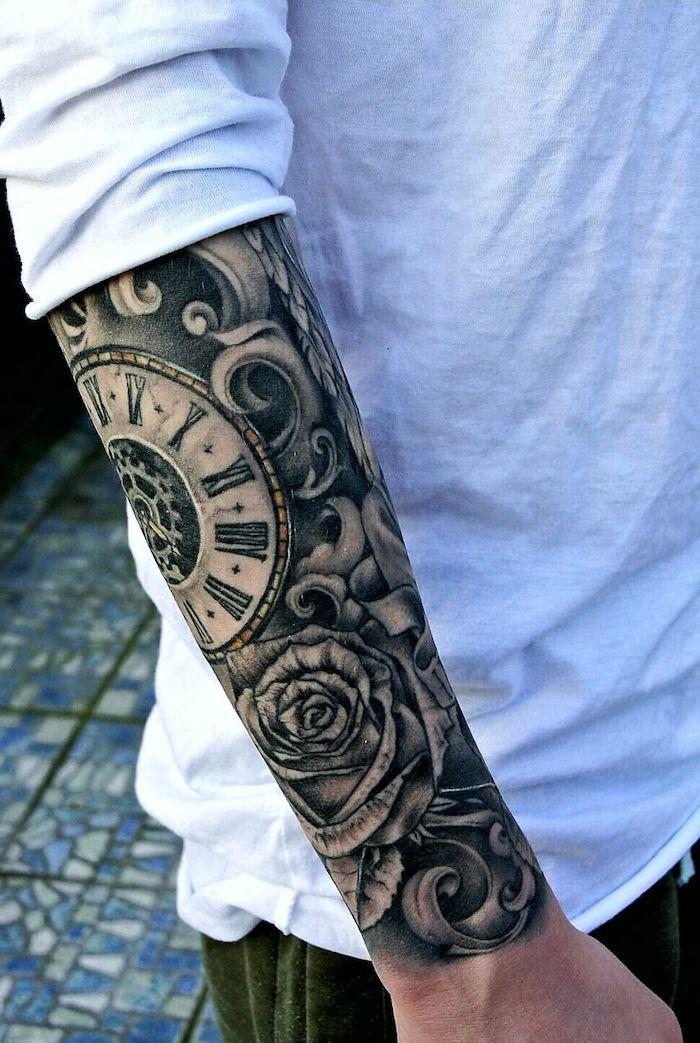 Tattoo am ganzen Unterarm, Uhr Mechanismus und Rose, weißes Shirt und grüne Hose