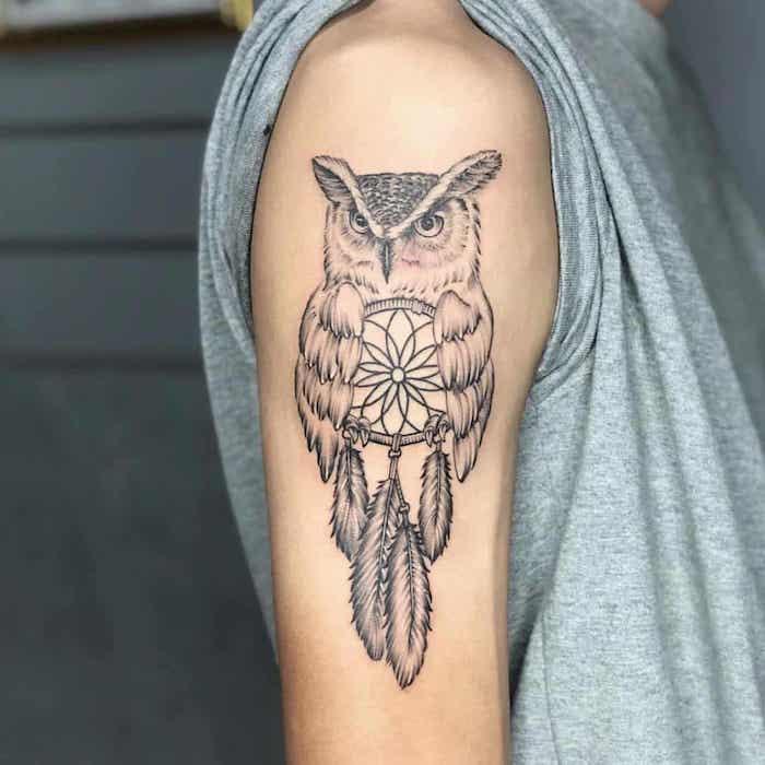 Cooles Oberarm Tattoo, Uhu und Traumfänger, Tattoo mit Bedeutung, graues Top