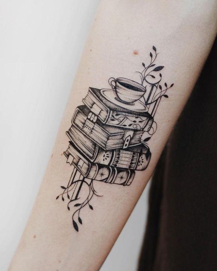 Cooles Tattoo am Unterarm, vier Bücher aufeinander und Tasse Kaffee, Tattoo Ideen zum Entlehnen