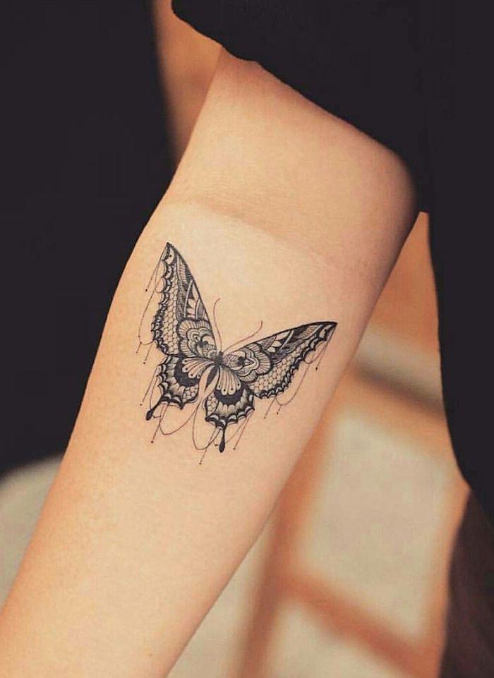 Zartes Schmetterling Tattoo am Unterarm, Tattoo Ideen für Frauen zum Entlehnen, Arm Tattoo