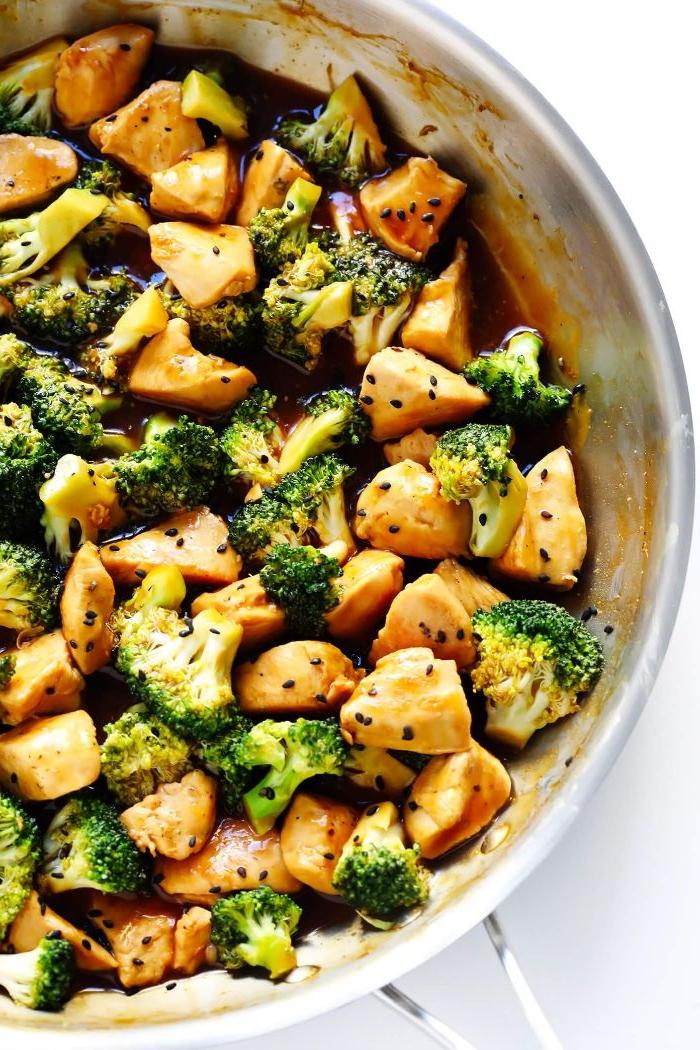 Schnelle Rezepte fürs Mittagessen, einfach fleisch und gemüse in der pfanne geben, soße, gewürze und schwarze sesamsamen und kochen