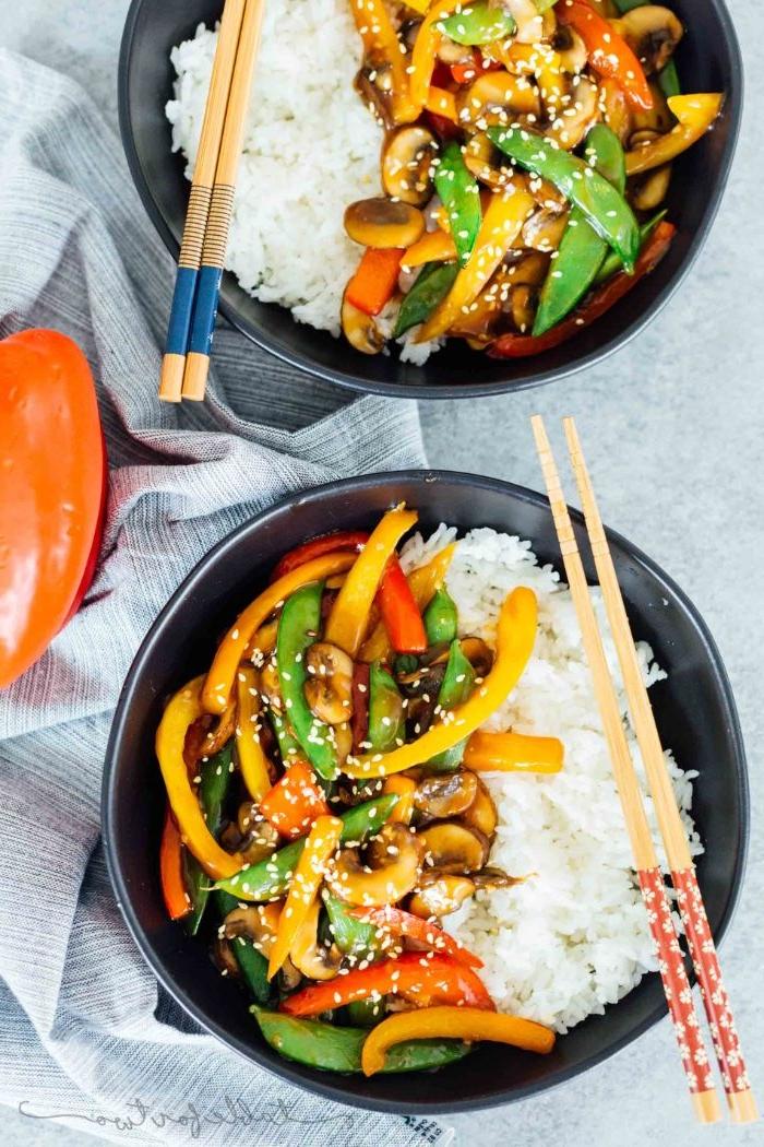 Schnelle Rezepte fürs Mittagessen, zwei große schüssel, reis mit gemüse, chinesisch, thailändisch, sesamsoße