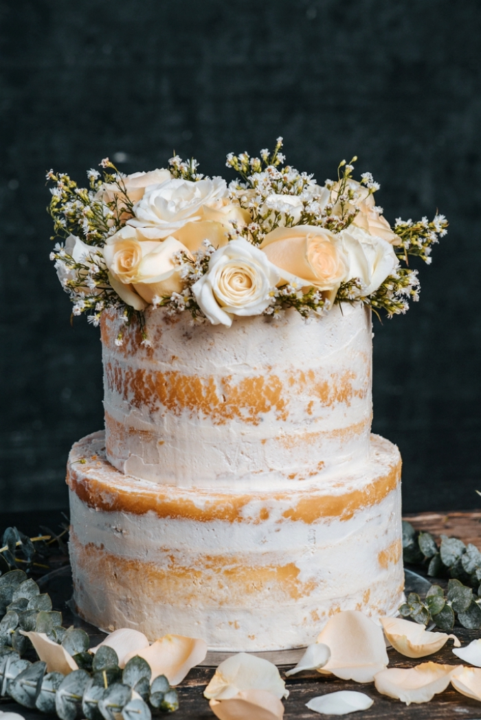backrezepte für hochzeitstorten, nacked torte dekoriert mit weißen rosen, hochzeitskuchen ideen