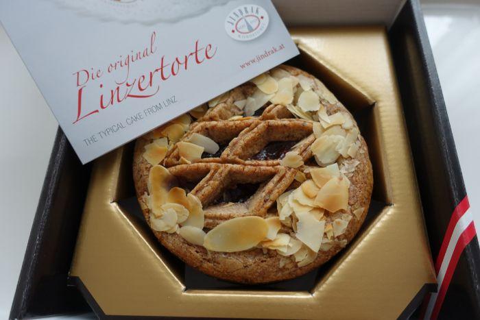 linzer torte, das originelle rezept, tart in box von der bäckerei holen, mandeln
