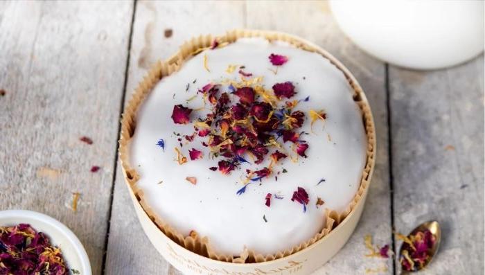 linzer torte, runde form für tart, cake idee, weißer aufguss, weiße creme auf dem kuchen