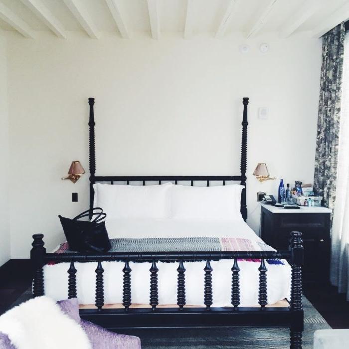 zimmer einrichten, ein großes doppelbett, weiße bettwäsche, rahmen, vorhänge dunkel