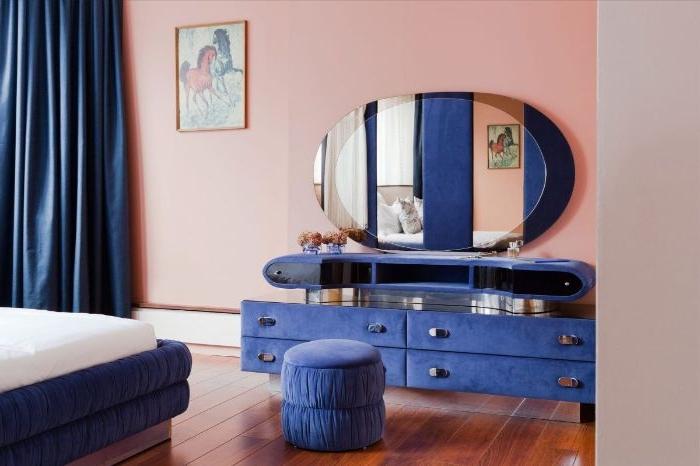 schlafzimmer deko, ideen in coolen farben, ein rosarotes zimmer mit blau lila schrank und petrol farbe vorhänge