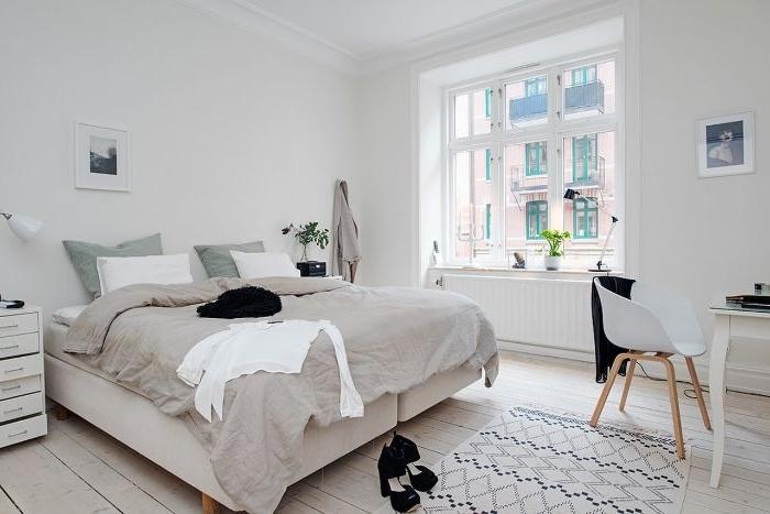 schlafzimmer deko, weißes zimmer, graue bettdecke, schreibtisch mit stuhl