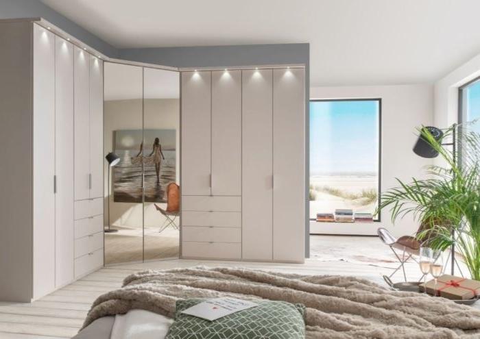 schlafzimmer deko, einfach minimalistisch einrichten mit großen möbelstücken, garderobe, schrank für kleidung, große fenster