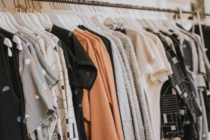 nachhaltige mode, die garderobe einer frau heute, die vintage style und sustainable mode trägt