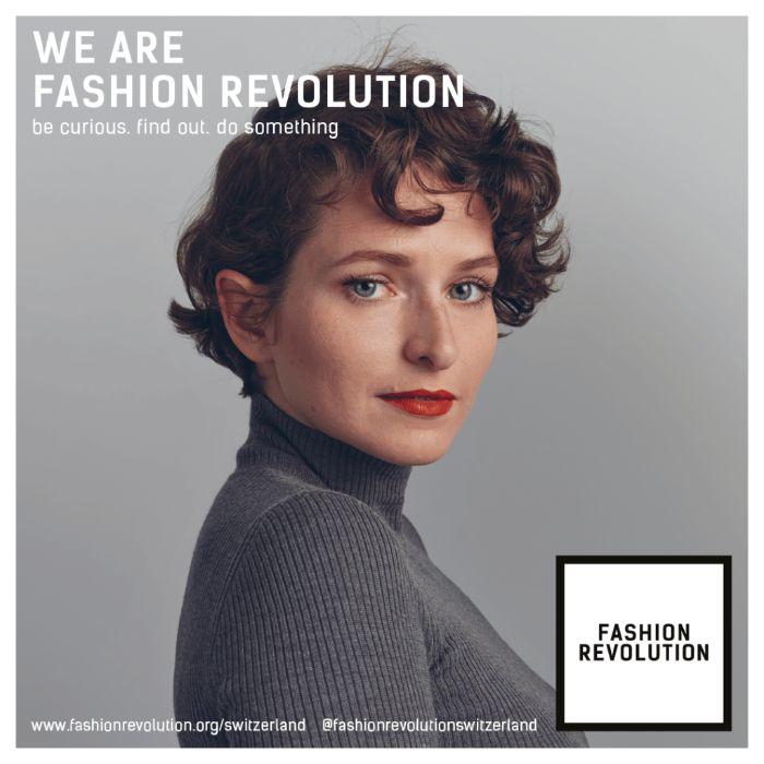 nachhaltige mode, eine frau schöne vintage stilidee, graue bluse, mode trends, kurzes haar
