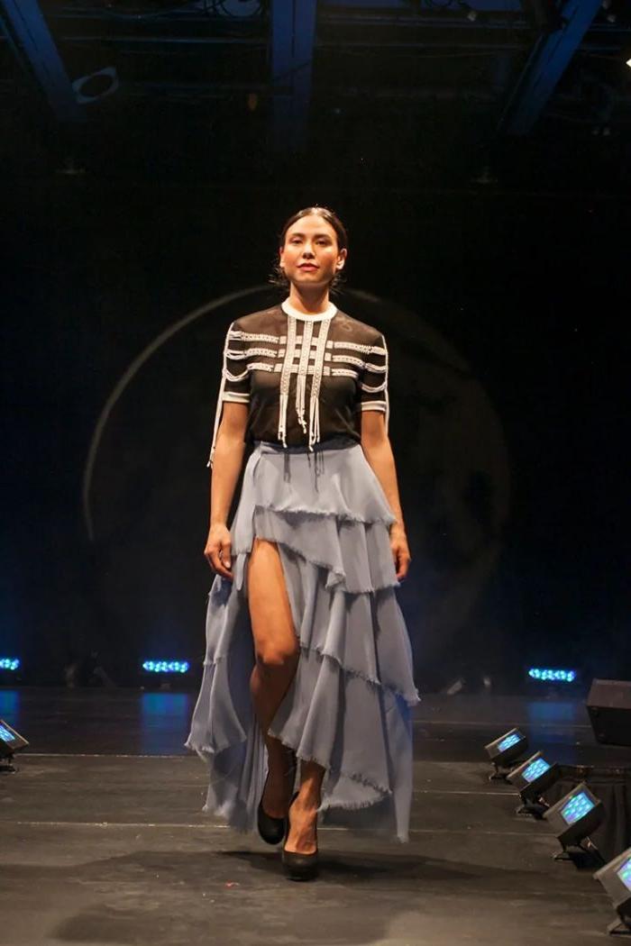 nachhaltige mode auf der fashion bühne, ein kreativer look für die model, langer rock