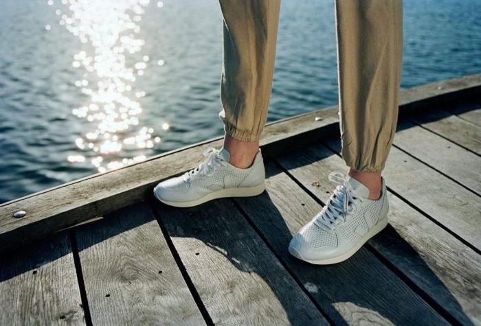 nachhaltige mode, eine frau oder einen mann unisex mode weiße sneakers mit beigen hosen