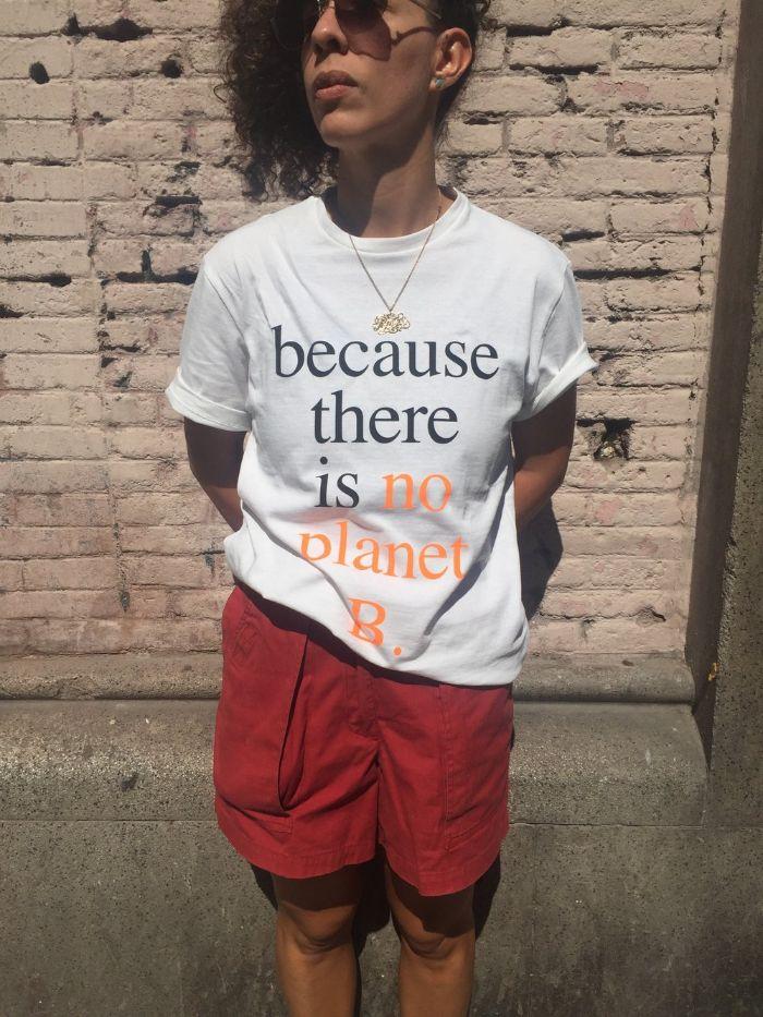 fair trade kleidung, eine nette idee für outfit mit botschaft, weißes tshirt mit roten hosen, aufschrift, es gibt keinen planeten B