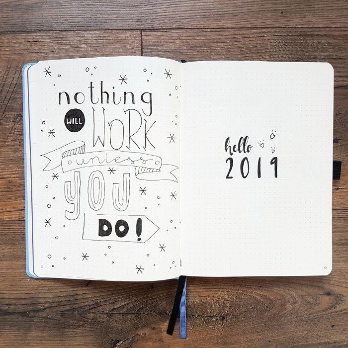 bullet journal zubehör, weißes heft mit schwarz auf weiß aufgeschriebenen dekorationen und bildern, das neue jahr mit neuem bujo beginnen