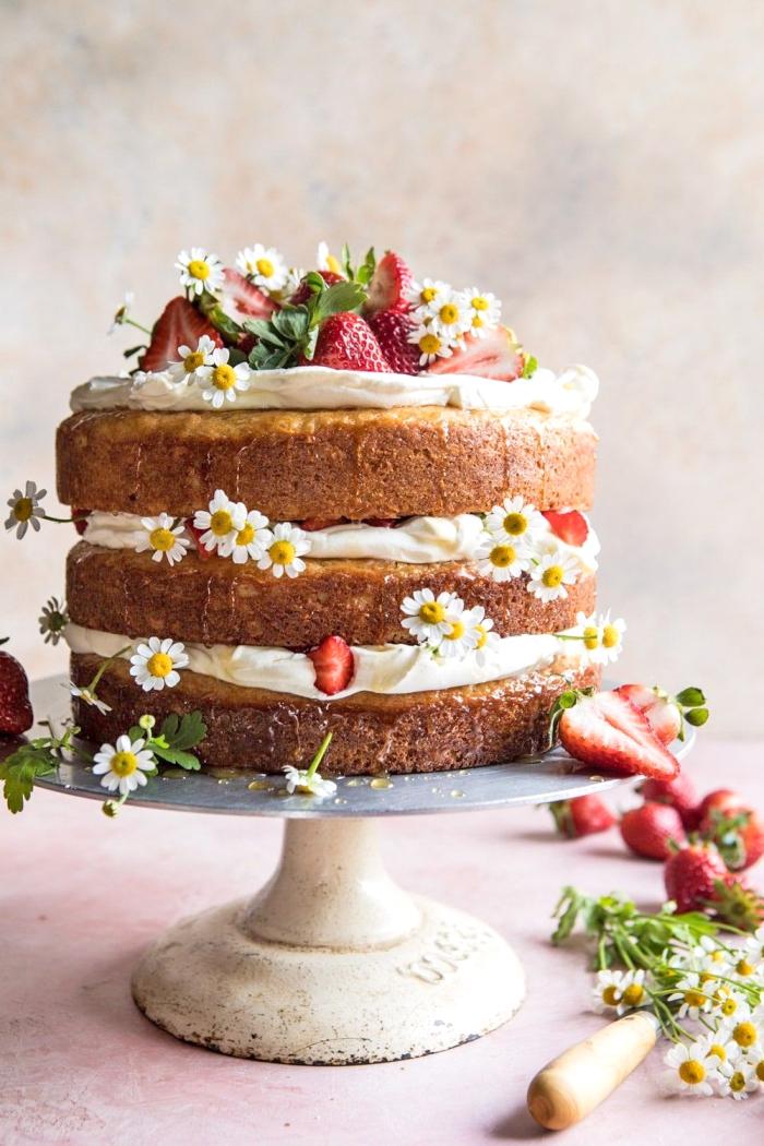 cake mit füllung aus weißer sahne, erdbeertorte rezept, kuchen mt erdbeeren, vanillesahne