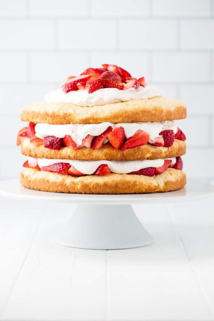 cake mit füllung aus sahne und erdbeeren, sommerdessert ideen, sommer party ideen