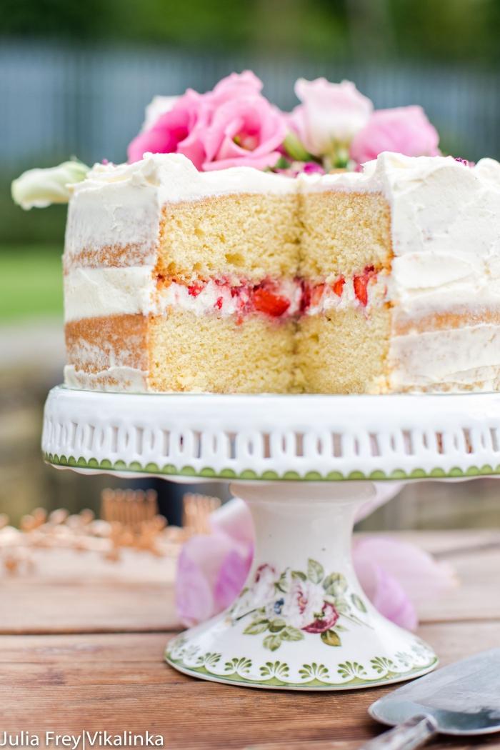 cake mit füllung rezept, torte mit erdbeerne und mascarpone dekoriert mit rosa blüten