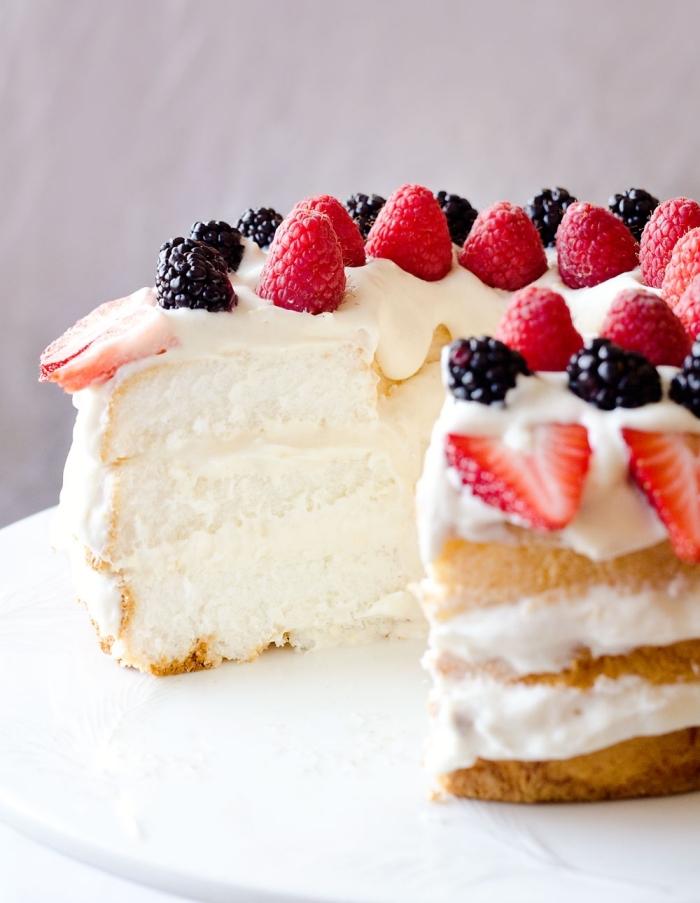 naked kuchen mit sahne, vanille und früchten, cake mit füllung dekoriert mit brombeeren und himbeeren