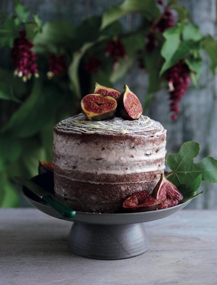cake mit füllung einfach, torte mit schokoladenboden und sahne garniert mit frischen früchten