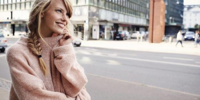 skandinavische mode für frauen, einen rosaroten pullover mit zopffrisur, netter look stylen, alltägliche skandi kleidung