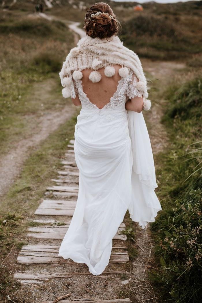 skandinavische mode, brautmode, weißes kleid mit einer gestrickten decke für den kalten tagen, brautmode skandinavien
