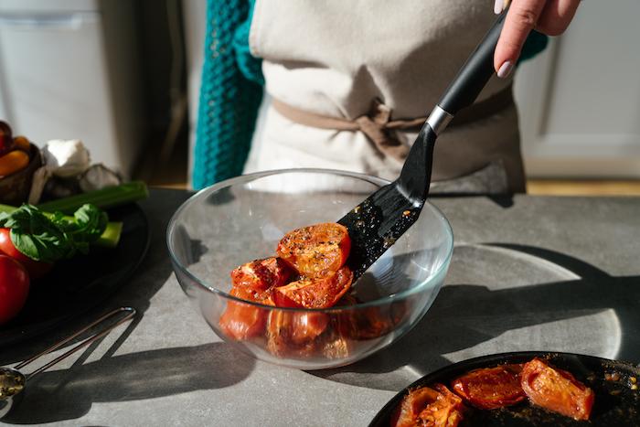 Tomaten mit getrocknetem Oregano und schwarzem Pfeffer würzen, Tomatensuppe Rezept
