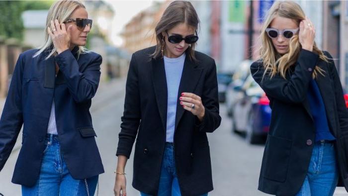 französische mode, drei frauen in ähnlichen kleidern, jeans mit hemd und blazer casual look für den alltag bei der arbeit