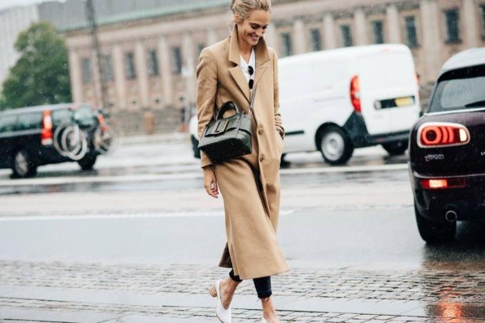 französische mode, beiger mantel mit niedrigen absatzschuhen in weiß, eine tasche in robustem design