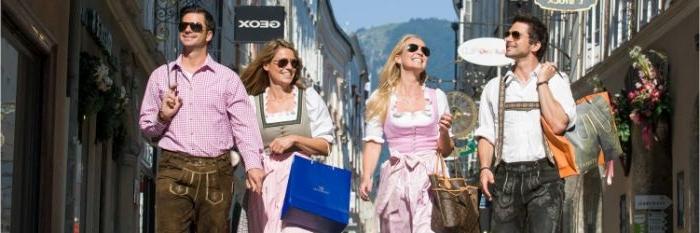 dänische mode oder nationalträchte, mode zu besonderen anlässen wie karnevals und festivals, zwei paare in lederhose und dirndl