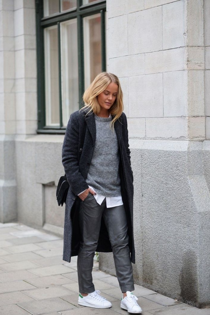 dänische mode in dunklen farben, dunkelgraue lederhose, hemd mit pullover und mantel, rucksack