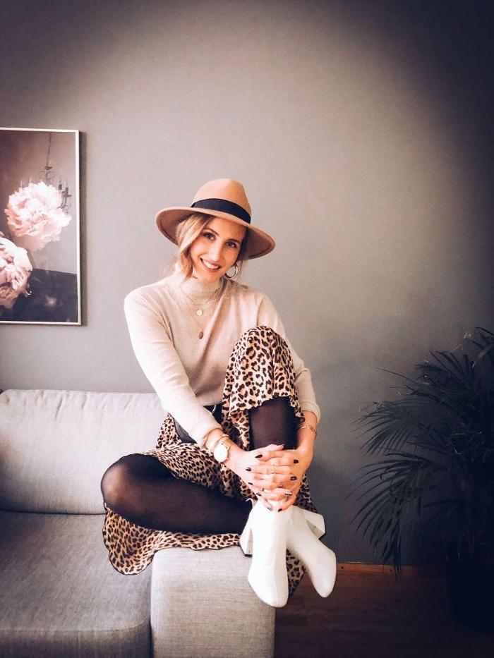 dänische mode, kreative ideen, ein leopadrenrock, hut, weiße absatzschuhe mit schwarzen strumpfhosen